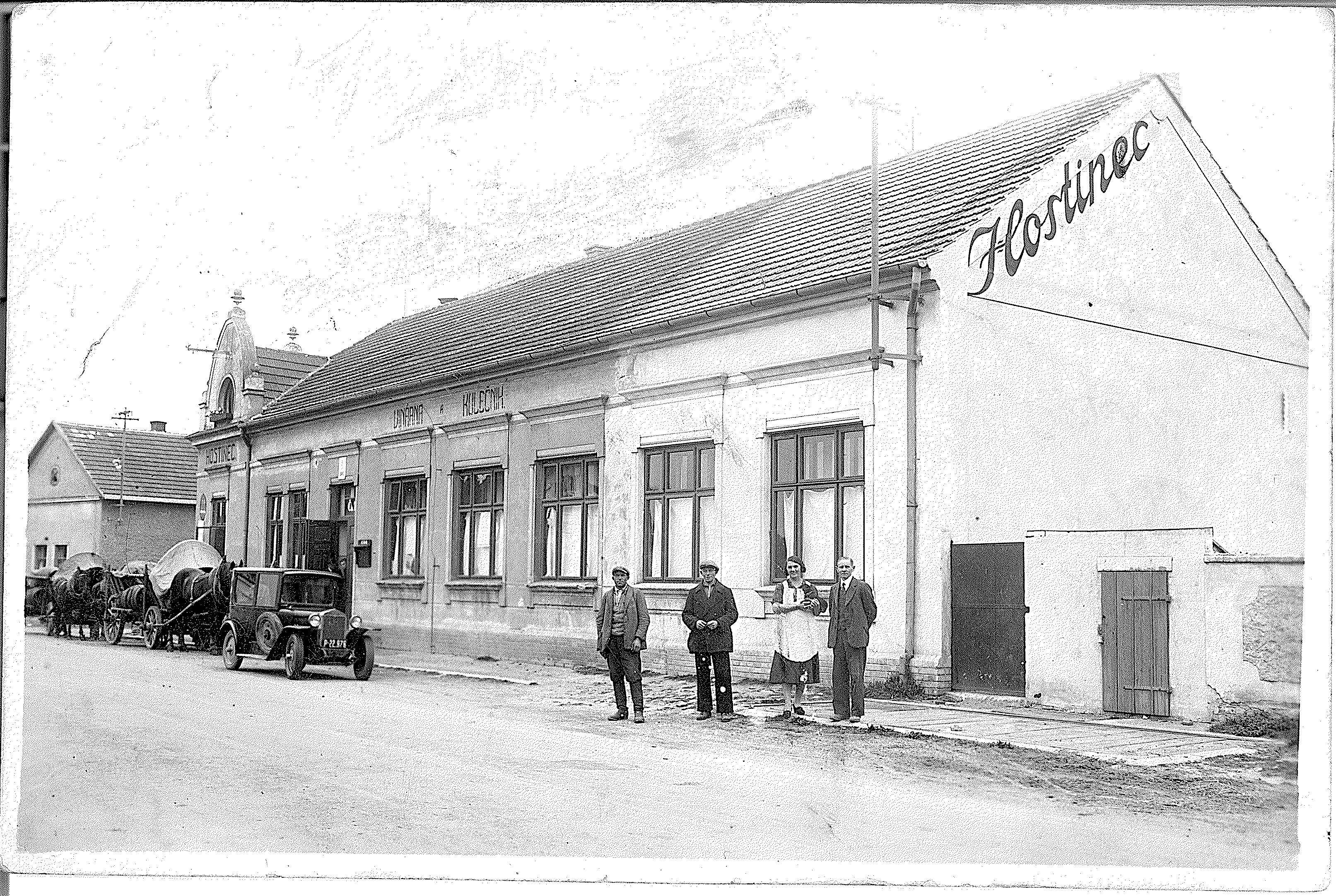 Hostinec U Jorů, Kovanická ulice. Na snímku vlevo jsou majitelé Marie a František Jorovi. Snímek poskytla jejich vnučka Virginie Walterová.
